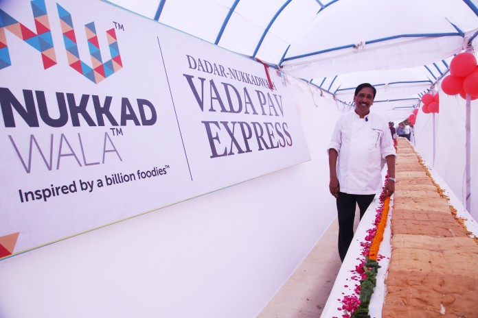 Chef Ajay Sood with the Worlds Longest Vada Paoat Nukkadwala