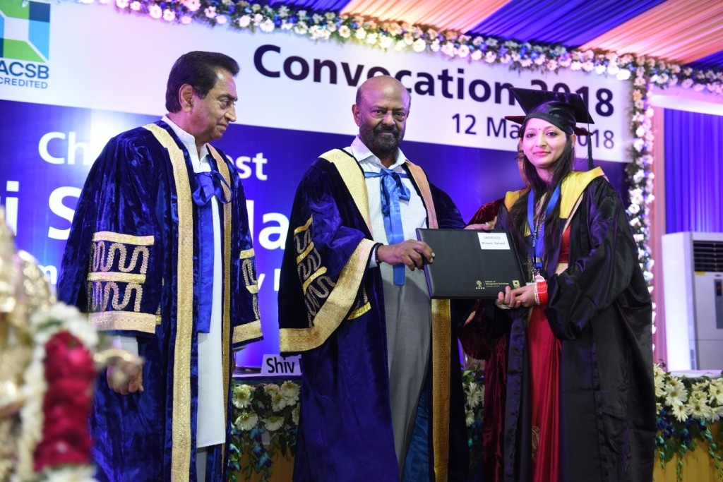 L-R) Sri Kamal Nath (President Governing Council-IMT), Sri Shiv Nadar (Founder & Chairman - HCL, Shiv Nadar Foundation) giving diploma to IMT Ghaziabad Student