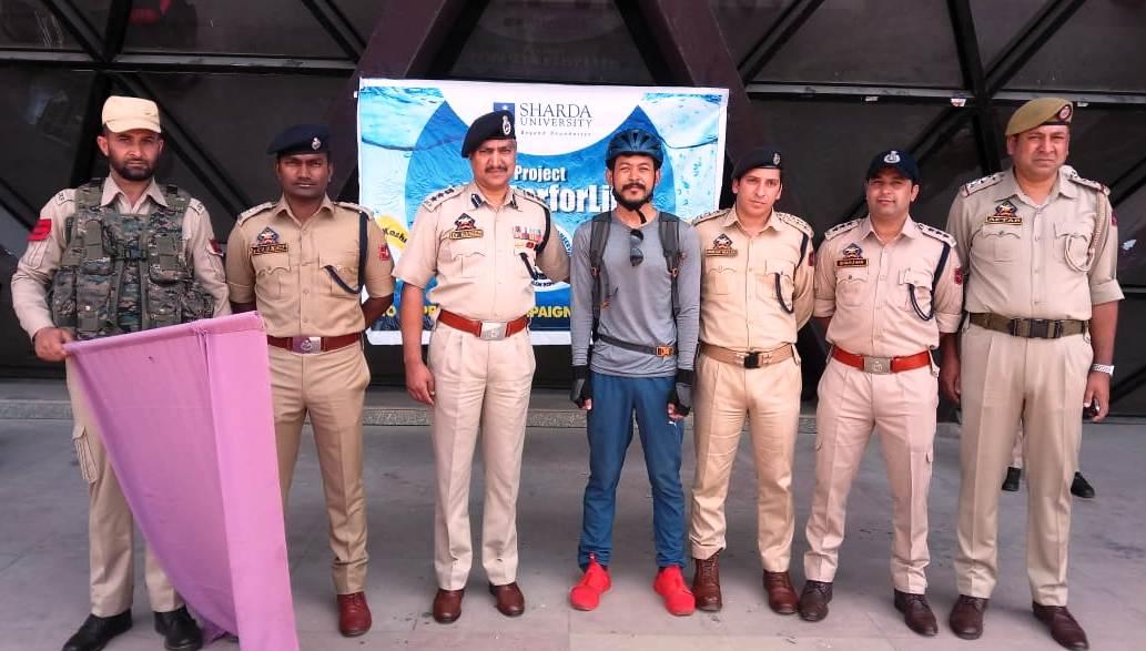 Rohan Singh with Srinagar Police flags off #waterforlife campign in Srinagar